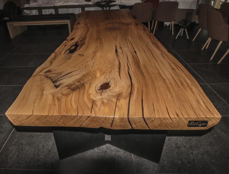 tavolone in rovere ricavato dal taglio di una sola pianta con sopporti in ferro neri trattati con verniciatura a polvere