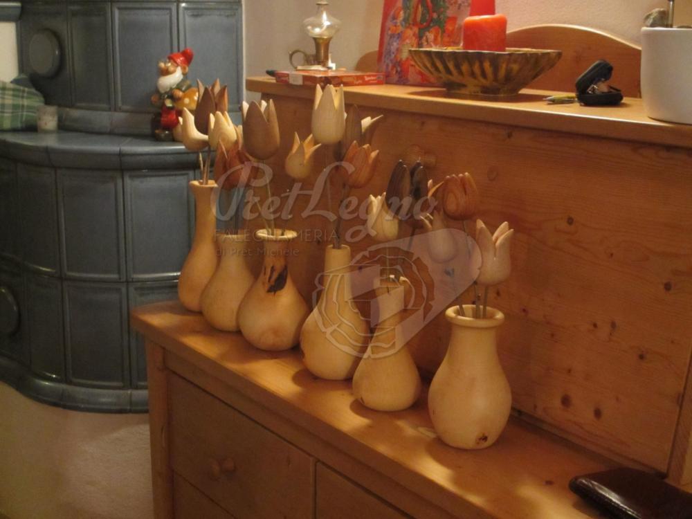fiori e vasi torniti in vari legni