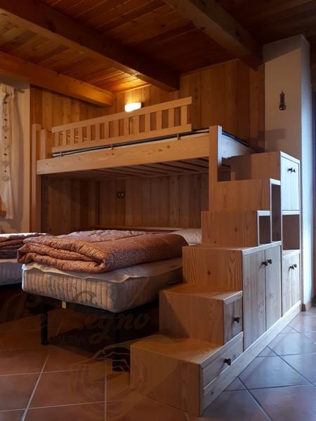 letto a castello con mobile scala in larice spazzolato verniciato