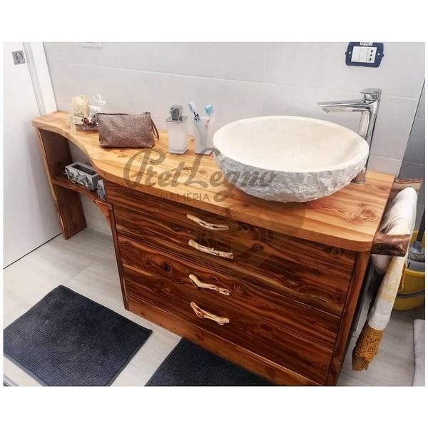 mobile da bagno realizzato con legno di recupero di larice sobbollito.
