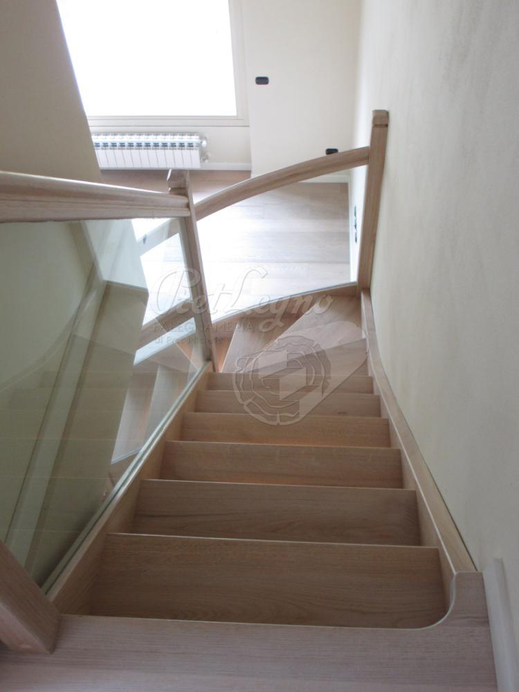 scala in rovere sbiancato con luci e parapetto in vetro_vista dall'alto