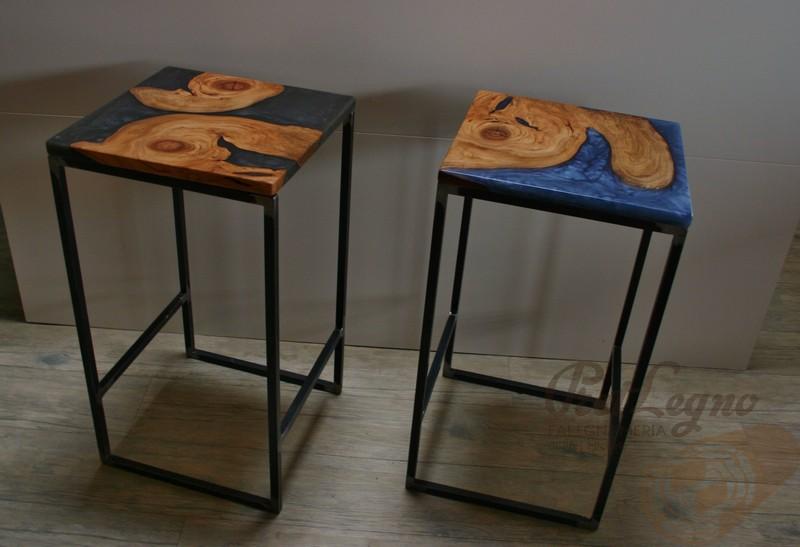 sgabelli con seduta in nodi di ciliegio nostrano e resina epossidica colorata, piedi in ferro nero grezzo, stile industriale