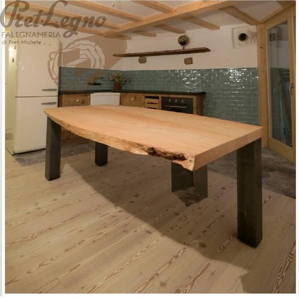 tavolo in larice nostrano con gambe in ferro ed angolo sospeso
