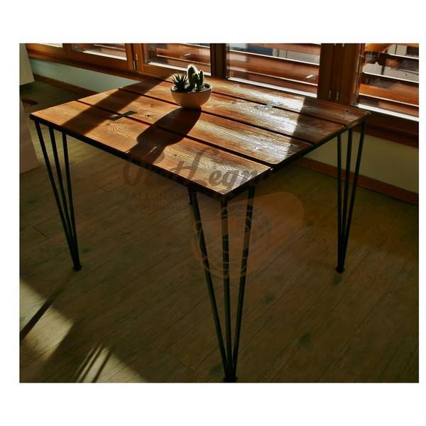 tavolo in larice trattato con cera d'api naturale con tasselli di ferro a farfalla